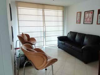 Una sala de estar llena de muebles y una ventana en Plaza Oviedo
