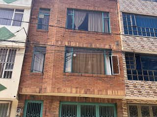 Un gran edificio de ladrillo con un reloj en él en Casa En Venta En Bogota Villa Claver I Y Ii