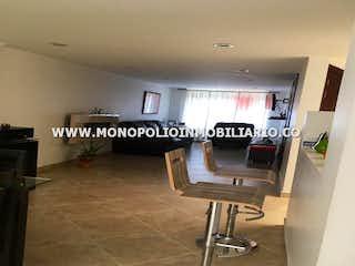 Una imagen de una sala de estar con un sofá y una mesa en -