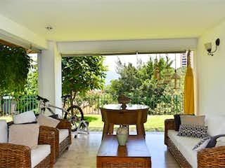 Una sala de estar llena de muebles y una gran ventana en CASA EN VENTA EN LA TRANSVERSAL SUPERIOR CERCA A BIOFORMA