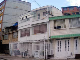 Una esquina con un edificio en el fondo en Casa En Venta En Bogota Veraguas