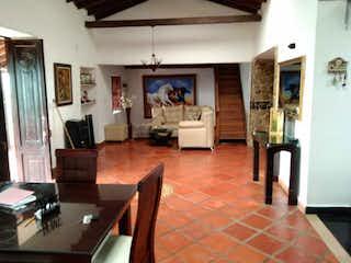 Una sala de estar llena de muebles y una chimenea en Hermosa Finca De 3400 m² Con Casa Campestre En Copacabana - Antioquia