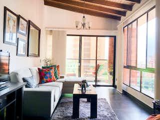 Una sala de estar llena de muebles y una ventana en APARTAMENTO EN VENTA SANTA MARIA DEL POBLADO