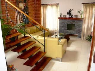 Una sala de estar llena de muebles y una chimenea en Casa para la venta en el sector Asdesillas Sabaneta