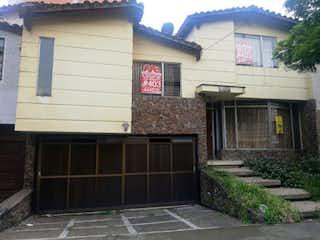 Un edificio de ladrillo con una puerta en blanco y negro en Casa en Venta LAURELES