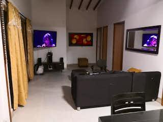 Una sala de estar llena de muebles y una televisión de pantalla plana en Casa en Venta SAN CRISTOBAL
