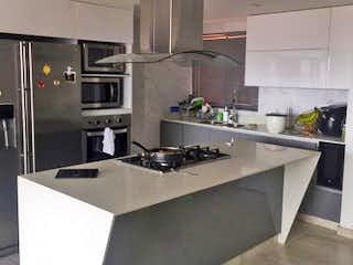 Una cocina con un mostrador, un fregadero y un refrigerador en Apartamento en Venta LA CASTELLANA