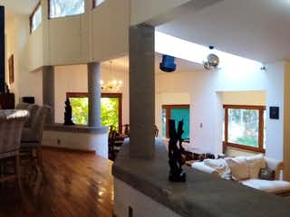 Una sala de estar llena de muebles y una televisión de pantalla plana en Casa en venta en Tablas de San Lorenzo de 339mts