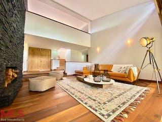 Una sala de estar llena de muebles y una lámpara de araña en Gualanday