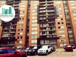 Un par de coches estacionados delante de un edificio en Vendo Apartamento Américas  Bogotá