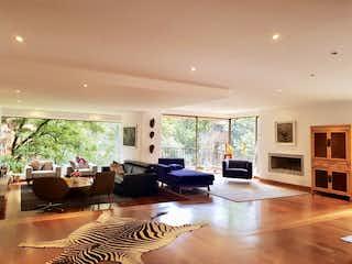 Una sala de estar llena de muebles y una chimenea en Apartamento en venta en La Cabrera, 300mtcon balcon