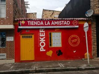 Un edificio de ladrillo rojo con una puerta roja en Casa en Venta RIOBAMBA