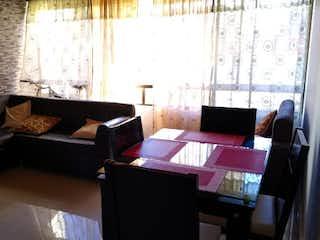 Una sala de estar llena de muebles y una ventana en Apartamento en Venta FLORIDA NUEVA