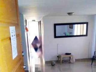 Una persona que toma una foto en un espejo en Lindo Apartamento En Unidad Cerrada Trapiche Bello - Antioquia