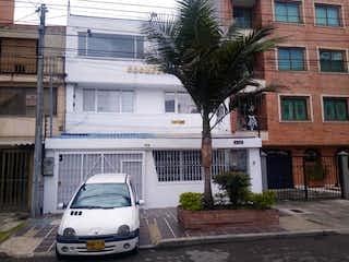 Un coche estacionado delante de una casa en Casa En Venta En Bogota Veraguas