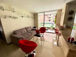 Una sala de estar llena de muebles y una ventana en Apartamento en venta en Ciudad del Río de tres habitaciones