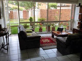 Una sala de estar llena de muebles y una ventana en Casa en Venta HACIENDA CORDOBA