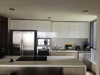 Una cocina con nevera y fregadero en Apartamento en Venta LOMA DE LAS BRUJAS