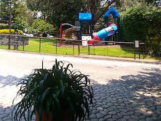 Una persona volando una cometa en un parque en Departamento en venta en villas del lago