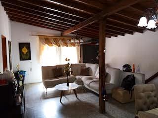 Una habitación con una cama y un sofá en ella en Casa en venta de 133.30 cm2 en Los Naranjos Envigado