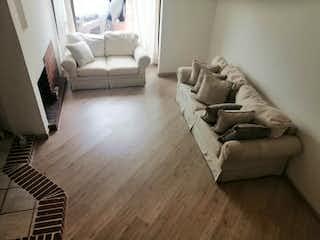 Una sala de estar llena de muebles y un suelo de madera dura en Casa en venta en Cedro Golf de 180mts