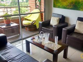 Una sala de estar llena de muebles y una gran ventana en ED. MAKALU