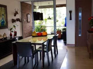 Una sala de estar llena de muebles y una televisión de pantalla plana en Apartamento en venta en Palenque de tres habitaciones