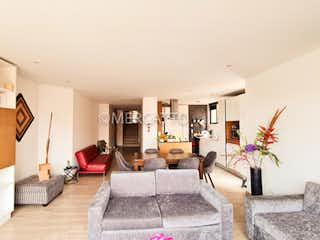 Una sala de estar llena de muebles y una chimenea en Venta Apartamento Rosales