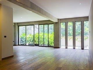 Una sala de estar llena de muebles y un suelo de madera en Solon 337