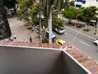 Una persona en un monopatín en una rampa en VENTA APARTAMENTO ED. BUCARICA LA 70