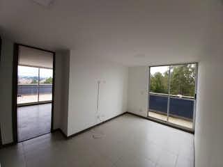 Un baño que tiene una ventana en él en Apartamento en Venta LOS COLEGIOS