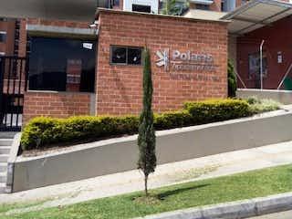 Un cartel de calle en una acera frente a un edificio en Apartamento en venta en La Ferrería, 62m² con Gimnasio...