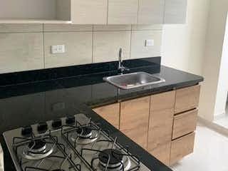 Una cocina con una estufa y un fregadero en Apartamento en Venta LA COLINA