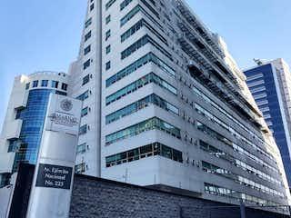 Un gran edificio con un reloj en el lado en Departamento en Venta en Sky View Polanco