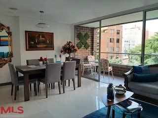 Una sala de estar llena de muebles y una mesa en Almendros De Zuñiga