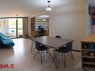 Una cocina con una mesa y una mesa en Baressi