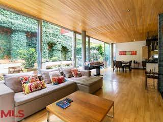 Una sala de estar llena de muebles y un suelo de madera en Casa de Patio