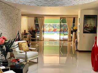 Una sala de estar llena de muebles y una ventana en Casa en venta en Los Balsos de 1790mts