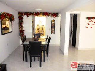 Una sala de estar llena de muebles y un árbol de navidad en PRADOS DE SABANETA