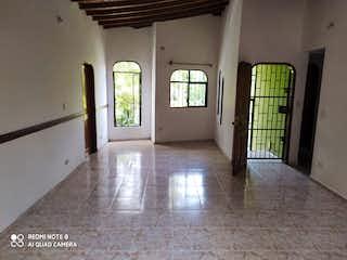Una vista de una sala de estar con una ventana en Venta de Casa en Santa Lucia, Medellín