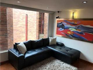 Una sala de estar llena de muebles y una televisión de pantalla plana en Venta de apartamento en Bella Suiza (Bogotá)