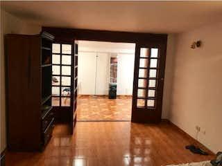 Una sala de estar llena de muebles y una ventana en Casa en venta en La Calleja, 219mt con cuatro niveles