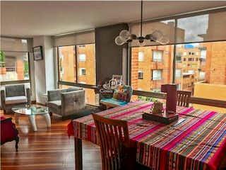 Una sala de estar llena de muebles y una mesa en Venta Apartamento Dúplex Chico Navarra