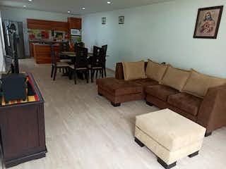 Una sala de estar llena de muebles y una televisión de pantalla plana en Se Vende Casa en Altos del Lago, Rionegro