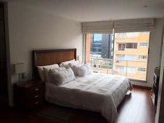 Una cama grande sentada en un dormitorio junto a una ventana en BOGOTÁ VENTA APARTAMENTO CHICO NAVARRA