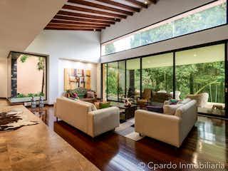 Una sala de estar llena de muebles y una gran ventana en CASA EN VENTA SECTOR LAS PALMAS