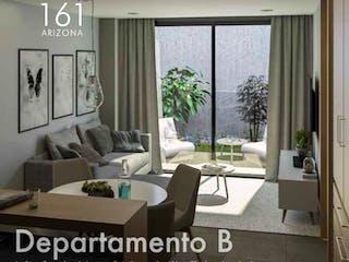 Una sala de estar llena de muebles y una gran ventana en Arizona 161