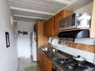 Cocina con fogones y microondas en Vendo apartamento Envigado, Antioquia
