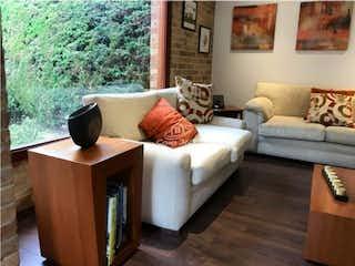 Una sala de estar con un sofá y una mesa de café en Venta de casa en San Jose de Bavaria