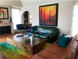Una sala de estar llena de muebles y una chimenea en Venta de apartamento en Bosque de Pinos (Bogotá)